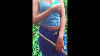 sri lankan outdoor sex prt2මිදුල අතුගාන ගමන් එහා ගෙදර මල්ලිට පෙන්වන අක්කි2