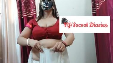 Indian Women Wearing Saree & Showing Boobs
