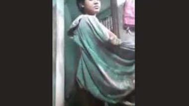 Cute Desi Girl Bathing new clip