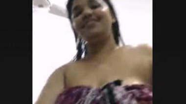 Sexy Bhabhi Bathing On video Call