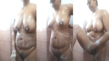 Desi sexy MMS video of a sexy Desi girl taking bath