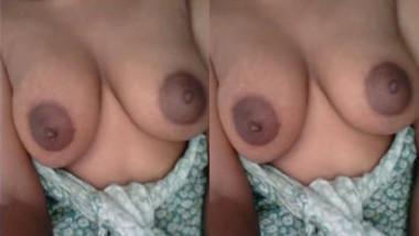 Bhabhi Shahida Showing her Boobs