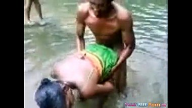 Bangali teen girl se river mai nahate hue sex masti