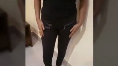 Desi bhabi parul showing boobs in hotel room