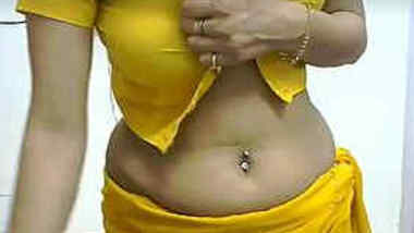 Amateur Indian girl with navel piercing shows XXX viewers sexy chest