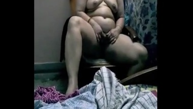 Indian MILF is old but she is still in the loop to act in sex video