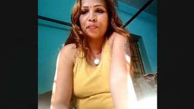 Desi Bhabhi Showing Her Boobs