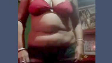 Desi aunty expose body her friend