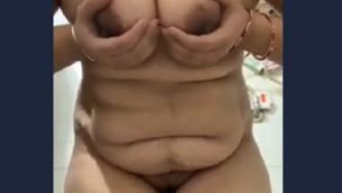 Beautiful desi girl show her big boobs