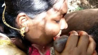 Desi Bhabhi in Saree giving Blowjob to Hubby Outdoor