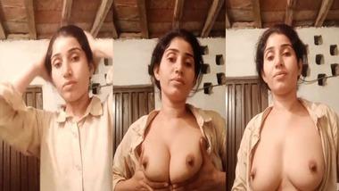 Paki Bhabhi showing boobs new clip