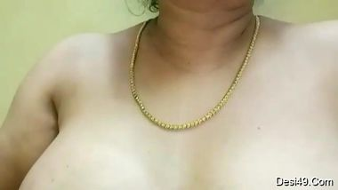 Desi mom is fat and having perky nipples to expose in amateur sex show