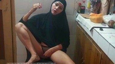 Pakistani wife in hijab Smoking and Showing Ass hole at Kitchen