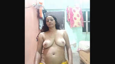 Bhabhi Showing Boobs and Ass